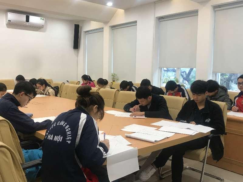 Gần 600 sinh viện Đại học Công nghiệp tham dự kỳ thi Olympic Toán cấp trường.